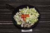 Шаг 3. Выложить овощи и тушить 15 минут на среднем огне.