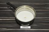 Шаг 2. Молоко нагреть, растворить в нем арахисовую пасту.