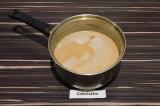 Шаг 4. Смешать с горячей молочной смесью и разлить по стаканам.
