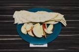 Шаг 1. Яблоки нарезать очень тонко. Лаваш нарезать полосками.