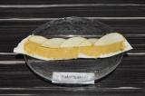 Шаг 3. По верхнему краю выложить яблочные лепестки внахлест.