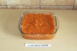 Шаг 8. Утрамбовать морковь в емкость и убрать в холодильник на пару часов.