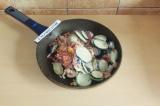 Шаг 2. Овощи припустить на сковороде.