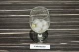 Шаг 3. В стакан влить чайную ложку сиропа и положить лёд.