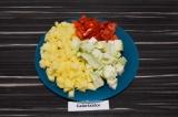 Шаг 1. Картошку, баклажан и помидор нарезать.