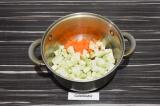 Шаг 4. Пассеровать кабачок и морковь в течение трех минут.