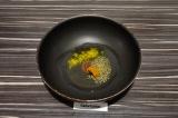 Шаг 3. В сковороде нагреть масло с пастой карри и специями.