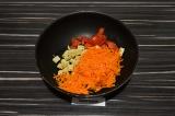 Шаг 4. Выложить спаржу, морковь и томат. Пассеровать 5 минут.