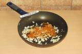Шаг 3. Обжарить лук и чеснок на сухой сковороде с приправами.