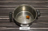 Шаг 2. Нагреть пасту карри с маслом в кастрюле в течение двух минут.