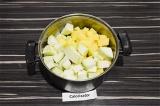 Шаг 3. Выложить в кастрюлю кабачок и картофель, добавить воду, тушить 10 минут.
