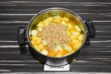 Шаг 4. Добавить гречку, перемешать, накрыть крышкой и варить до готовности.