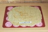 Шаг 5. Раскатать тесто толщиной 2 мм и нарезать на порционные кусочки. Выпекать