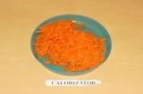 Шаг 3. Морковь почистить и натереть на терке.