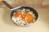 Шаг 5. Когда появится вода в грибах, добавить морковь и лук и потушить до мягкос