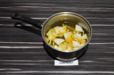 Шаг 3. Залить грушу и цедру заваренным чаем, дать настояться 10 минут.