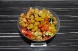 Шаг 6. Добавить в салат овощи, соевое мясо и заправку.