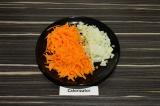 Шаг 2. Морковь натереть на терке, лук мелко нарезать.