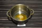 Шаг 4. В кастрюле нагреть масло со специями примерно минуту.