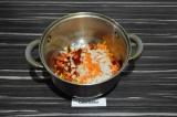 Шаг 5. Выложить лук, морковь и болгарский перец. Пассеровать три минуты.
