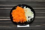 Шаг 3. Морковь натереть на терке, лук мелко нарезать.