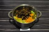 Шаг 6. Добавить в кастрюлю грибы и пассерованные лук и морковь, перемешать и туш
