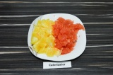Шаг 1. Апельсин и грейпфрут очистить от кожуры, семян и прожилок.
