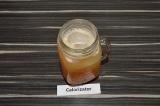 Шаг 4. В кружку добавить лед и влить напиток.
