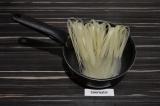 Шаг 2. Рисовую лапшу отварить до готовности.