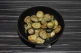 Шаг 5. Выложить в сковороду баклажаны, обжарить пару минут, затем добавить воду