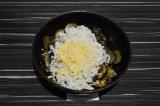 Шаг 6. Добавить рисовую лапшу и сыр, перемешать.
