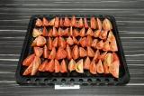 Шаг 2. Выложить помидоры на противень, подсолить и присыпать перцем.