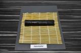 Шаг 4. При помощи бамбукового коврика свернуть ролл.
