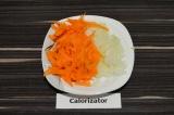 Шаг 1. Лук нарезать, морковь натереть на терке.