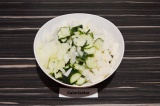 Шаг 4. Смешать все ингредиенты в салатнике, заправить ароматным маслом.