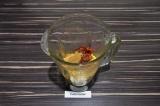 Шаг 3. В чашу блендера выложить нут, томаты, специи добавить масло и воду. Взбит