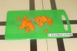 Шаг 1. Морковь очистить и нарезать кружочками.