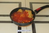 Шаг 8. Добавить к овощам чечевицу, воду, кетчуп и тушить под крышкой минут 10.