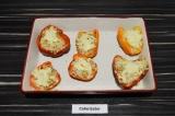 Шаг 9. Присыпать сыром и запечь в духовке при 180 градусах 10 минут.