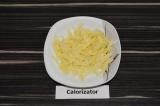 Шаг 3. Сыр натереть на терке.