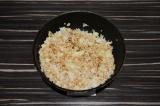 Шаг 6. Выложить рис и капусту, перемешать и томить пару минут.