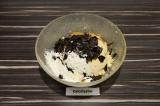 Шаг 2. Смешать окару с листьями нори, маслом и специями. Добавляя муку замесить