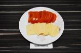 Шаг 1. Сыр и помидор нарезать.