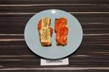 Шаг 3. Выложить помидоры и сыр, присыпать семечками.