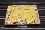 Шаг 5. Выложить все ингредиенты в форму для запекания, присыпать сыром.