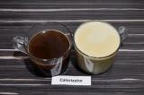 Шаг 4. Разлить кофе по кружкам, добавить теплое молоко.