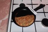Шаг 9. Перевернуть блин. На одну половину выложить помидорно-сырную смесь