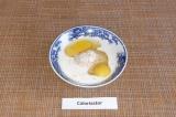 Шаг 2. Добавить яйца, молоко, соль и перемешать.