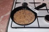 Шаг 8. Разогретую сковороду смазать оливковым маслом, вылить половину овсяной