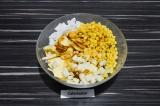 Шаг 4. Листья салата порвать руками и добавить остальные ингредиенты.
